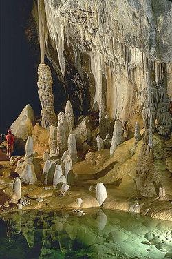 399px-Lechuguilla_Cave_Pearlsian_Gulf